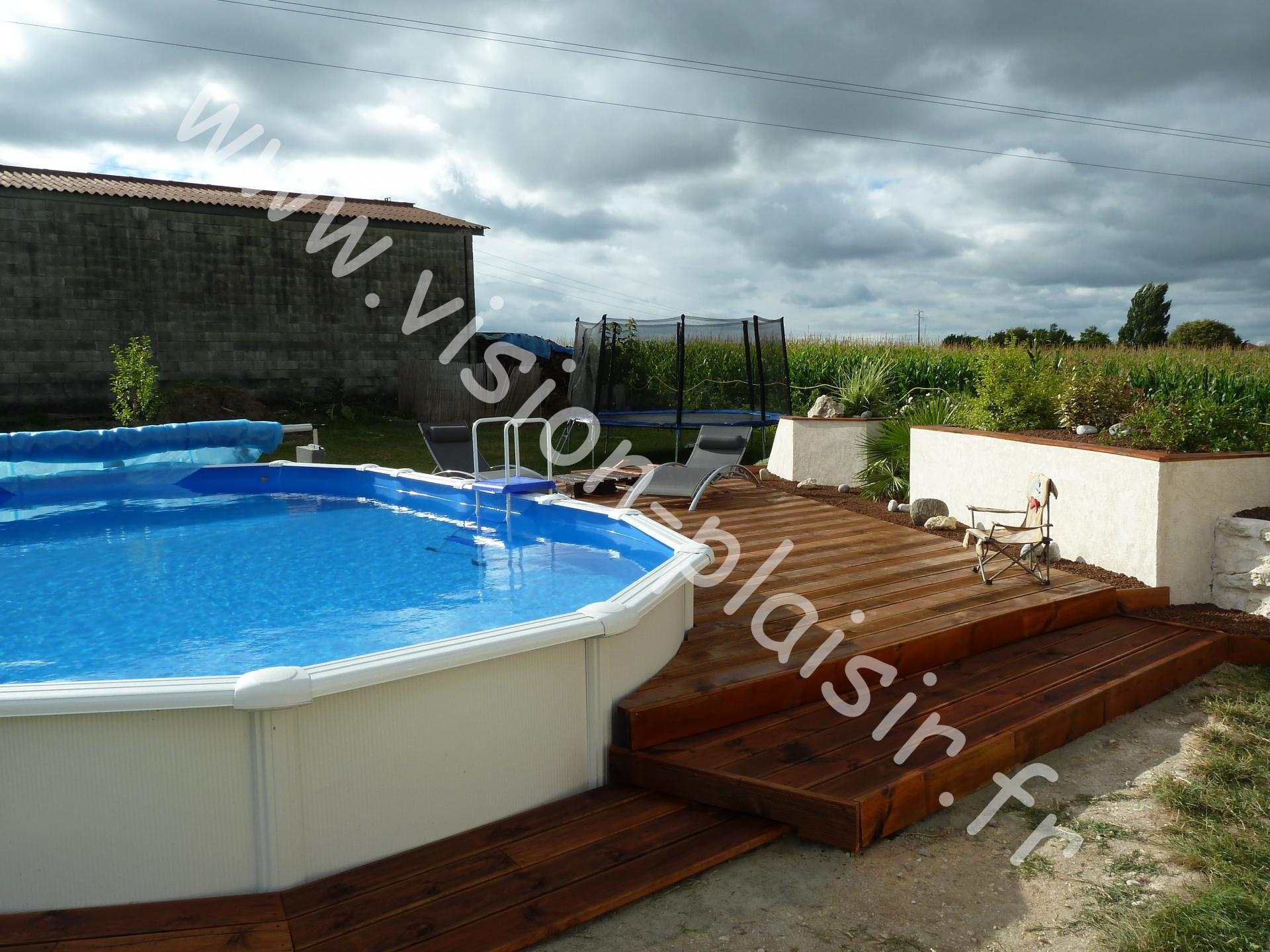 Terrasse bois piscine semi enterree for Piscine en bois semi enterree prix