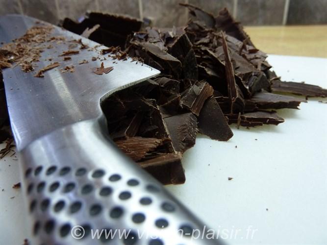 Hacher du chocolat noir