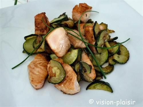 Poelee de courgettes et saumon frais en assiette