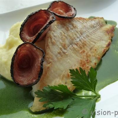 Recette de merlan puree de pomme de terre et andouille grillee au jus de persil